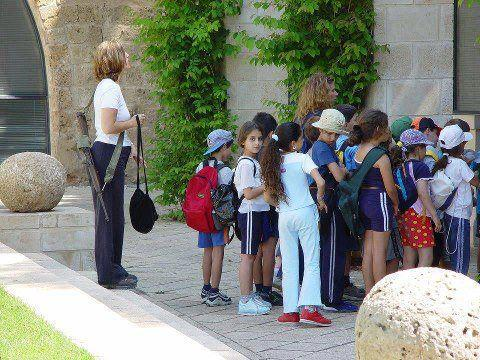 Israeli_teacher_with_her_class (2)