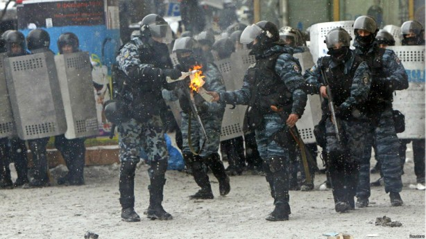 kiev protest cops with molotovs jan 22 2014