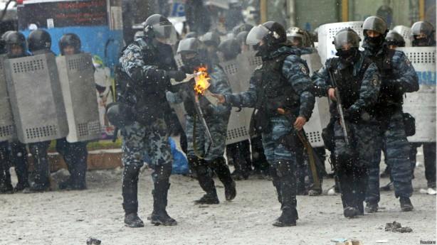 kiev protest cops with molotovs jan 22 2014